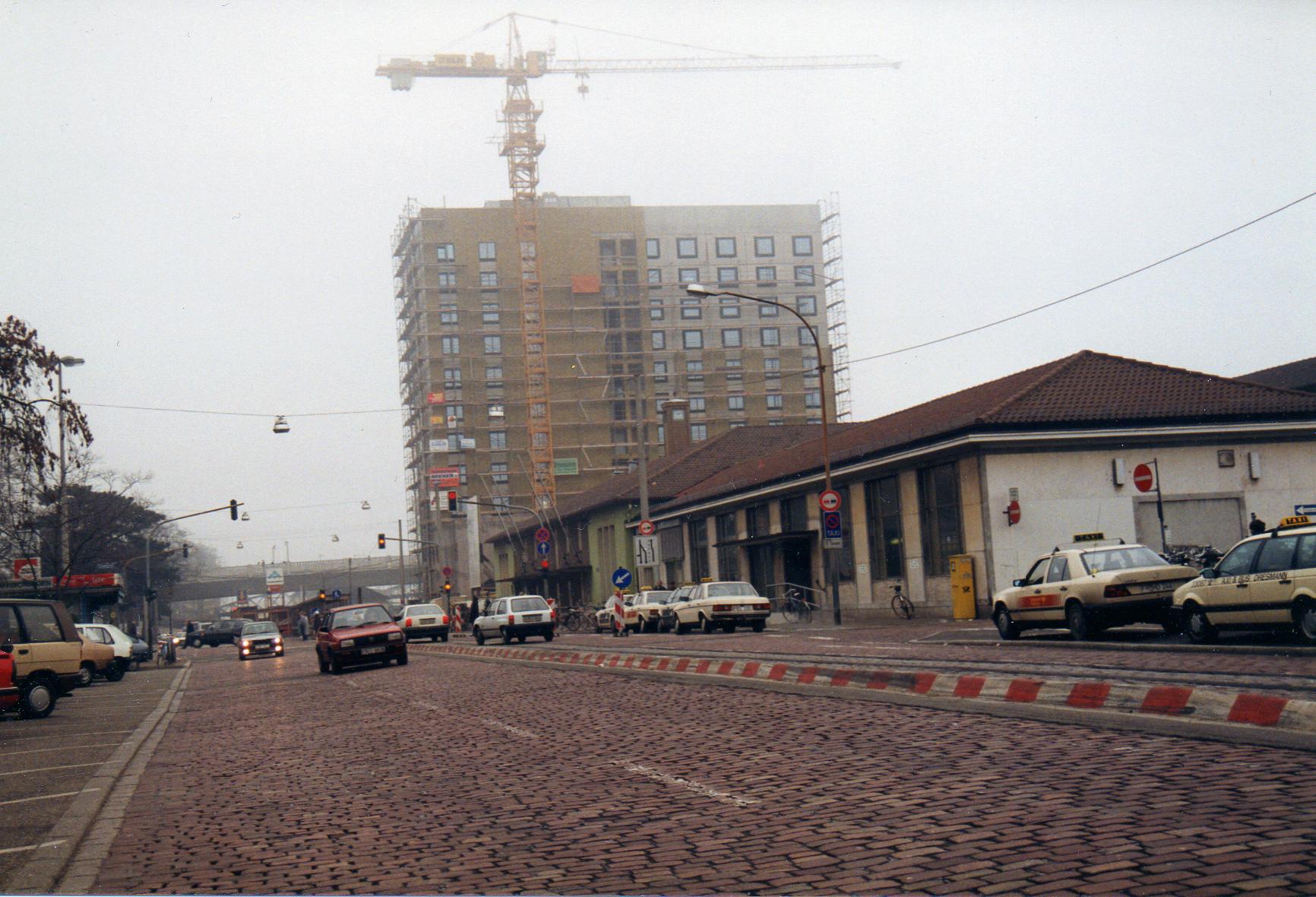 Bahnhof_Freiburg_Bau_IC-Hotel_1992