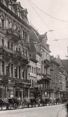 Kaiserstraße mit Bertholdsbrunnen und Martinstor 1913 (Repro)-002