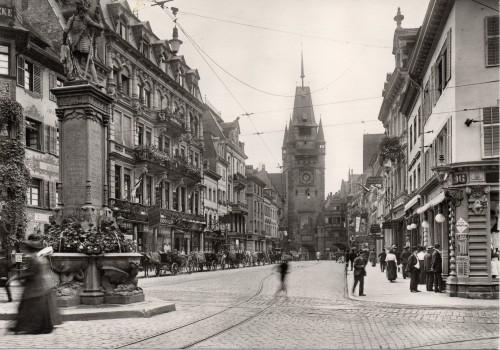 Kaiserstraße mit Bertholdsbrunnen und Martinstor 1913 (Repro)