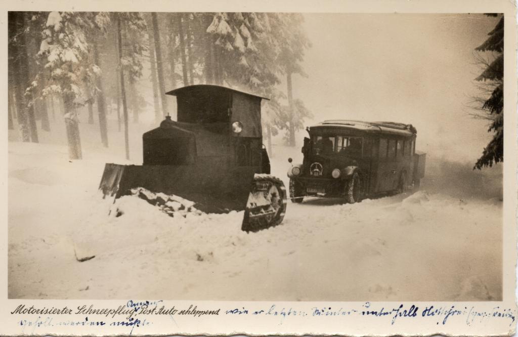 Schneepflug schleppt Postbus ab auf dem Feldberg