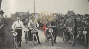 Startaufstellung der kleinen Motorräder zum Feldbergrennen 1924 vor dem Start beim Hotel Schiff im Hintergrund sind Gebäude von Freiburg zu erkennen.