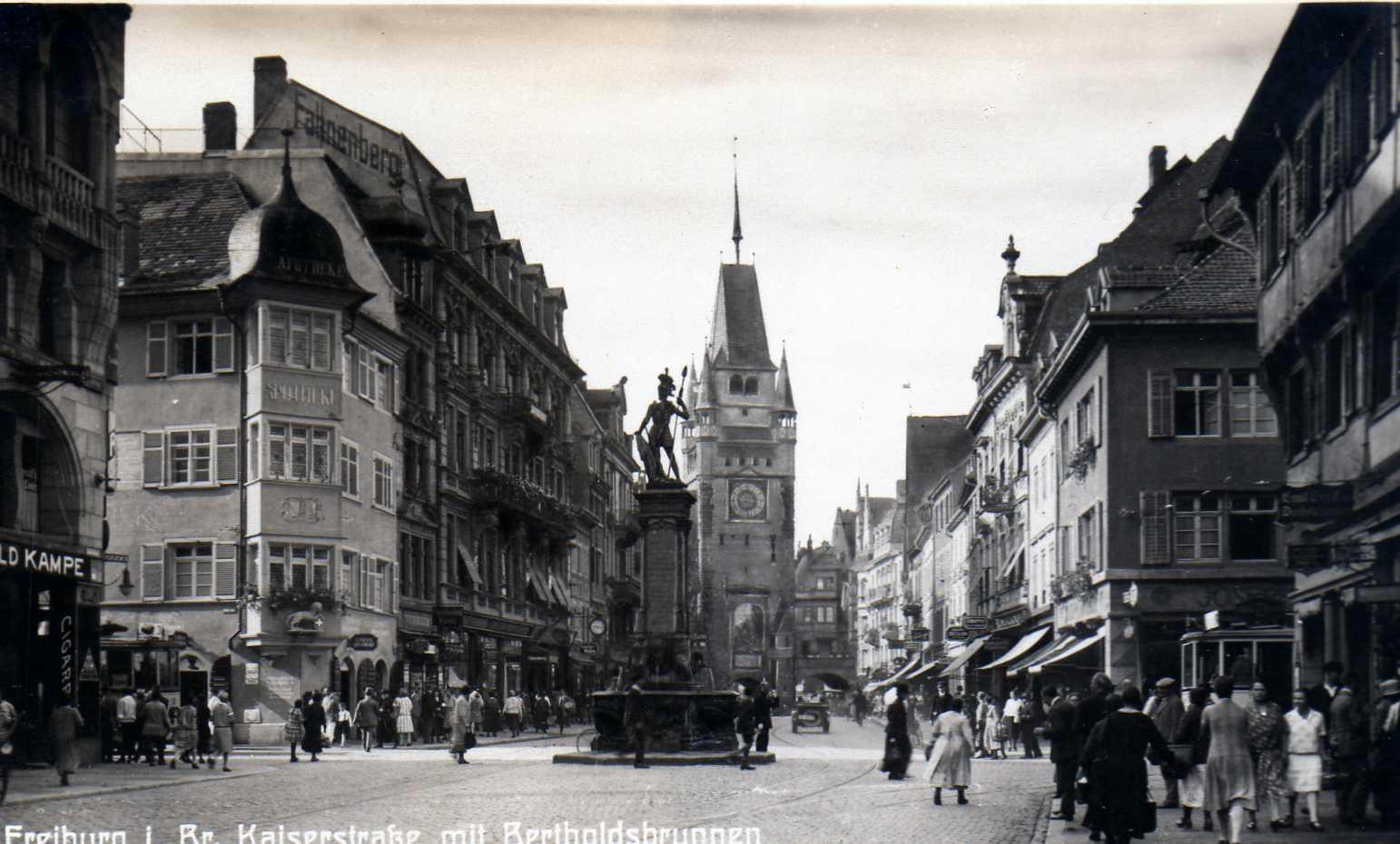 Bertoldsbrunnen Freiburg mit Martinstor