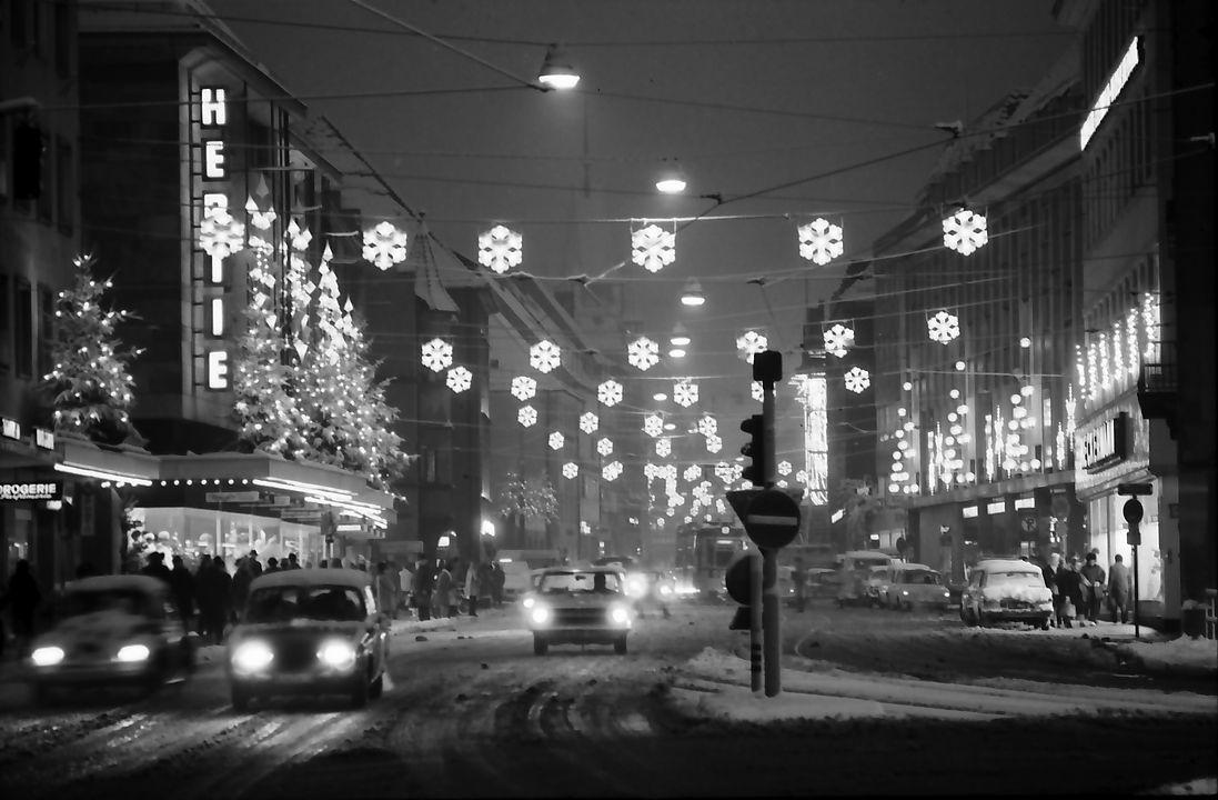 Weihnachtsbeleuchtung_Kaiser-Joseph-Straße_vom_Siegesdenkmal